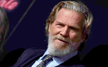 """File photo dated September 22, 2018 of Jeff Bridges attends the premiere of 20th Century FOX's 'Bad Times At The El Royale' at TCL Chinese Theatre in Los Angeles, CA, USA. Jeff Bridges has been diagnosed with lymphoma. The Dude himself confirmed his illness on Twitter on Monday afternoon. """"As the Dude would say.. New ST has come to light. I have been diagnosed with Lymphoma. Although it is a serious disease, I feel fortunate that I have a great team of doctors and the prognosis is good,"""" he shared. """"I'm starting treatment and will keep you posted on my recovery. Photo by Lionel Hahn/ABACAPRESS.COM (Hahn Lionel/ABACA / IPA/Fotogramma, Los Angeles - 2020-10-20) p.s. la foto e' utilizzabile nel rispetto del contesto in cui e' stata scattata, e senza intento diffamatorio del decoro delle persone rappresentate"""