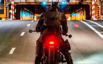 The Batman, inseguimento in moto: FOTO e VIDEO