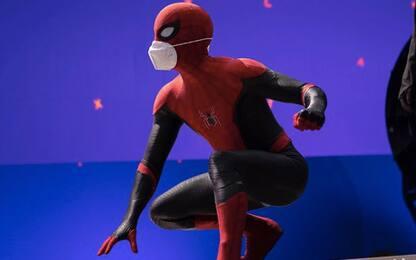 """Spider-Man 3, Tom Holland dal set: """"Indossate la mascherina"""""""
