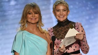 LOS ANGELES, CA - JANUARY 21:  Actors Goldie Hawn (L) and Kate Hudson speak onstage during the 24th Annual Screen Actors Guild Awards at The Shrine Auditorium on January 21, 2018 in Los Angeles, California. 27522_013  (Photo by Kevin Winter/Getty Images)