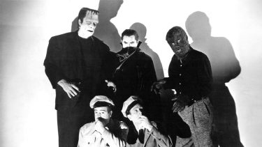 American comedy duo Bud Abbott (1895 - 1974, kneeling, right) and Lou Costello (1906 - 1959) with their three monster foes from 'Abbott And Costello Meet Frankenstein', directed by Charles Barton, 1948. Standing, left to right: Glenn Strange (1899 - 1973) as Frankenstein's Monster, Bela Lugosi (1882 - 1956) as Dracula and Lon Chaney Jr (1906 - 1973), as The Wolf Man. (Photo by Silver Screen Collection/Getty Images)