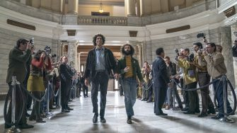 THE TRIAL OF THE CHICAGO 7 (L to R) SACHA BARON COHEN as Abbie Hoffman,  JEREMY STRONG as Jerry Rubin in THE TRIAL OF THE CHICAGO 7. Cr. NIKO TAVERNISE/NETFLIX © 2020