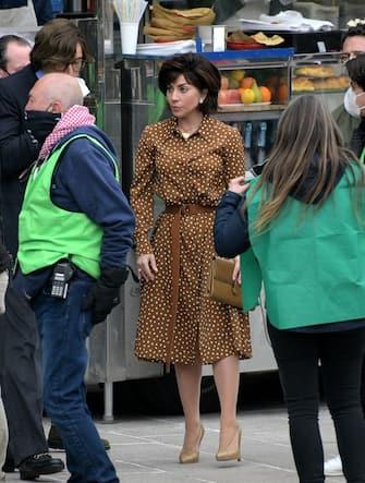lano, Set film House of Gucci con Lady Gaga e Adam Driver. Nelle foto Gucci Maurizio Gucci (Adam Driver) e Patrizia Reggiani (Lady Gaga) prendono un panzerotto in un chiosco in Duomo