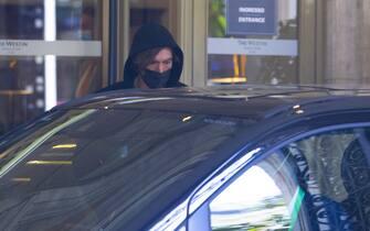 """Roma , l'attore Adam Driver , impegnato durante le riprese del film """"House of Gucci"""" , fotografato mentre abbandona il set ."""