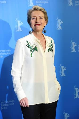 """(KIKA) - LOS ANGELES - Quella in cui Karen, interpretata da Emma Thompson, piange accanto al letto, dopo aver scoperto che il marito la tradisce con la segretaria, è senza ombra di dubbiouna delle scene più famose del cult Love Actually. A distanza di 15 anni, l'attrice svela come quella scena sia in realtà ispirata alla sua storia con l'attore e regista Kenneth Branagh, che aveva sposato nel 1989, finita quando il marito incontrò Helena Bonham Carter sul set di Frankenstein di Mary Shelly.[galleria]GUARDA ANCHE: Love Actually, il cast originale torna sul set 14 anni dopo""""Quella scena in cui il mio personaggio piange è così perché è un qualcosa che abbiamo passato tutti - ha spiegato la Thompson - Kenneth (Branagh, ndr) mi ha spezzato il cuore in modo davvero duro, quindi sapevo cosa voleva dire trovare una collana che non era destinata a me. Non si è svolto tutto esattamente in quel modo, ma sapevo benissimo cosa volessedire"""".POTREBBE INTERESSARTI ANCHE:Gli amori nati sul set e naufragati nella realtà[video mp4=https://www.kikapress.com/kikavideo/mp4/kikavideo_191205.mp4 id=191205]"""