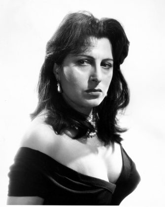 1955 , USA : The celebrated italian movie actress  ANNA  MAGNANI   in Hollywood Paramount Pictures Studio official portrait for the movie THE  ROSE TATTOO ( 1955 - La rosa tatuata ) by  Daniel Mann , from a play by Tennessee Williams  - MOVIE - FILM - CINEMA - attrice - portrait - ritratto  - capelli lunghi - long hair - spalla - shoulders - spalle - shoulders  - petto - seno - breast - scollatura - decolleté - neckopening - neckline  - collier - perla - perle - pearl - pearls - necklace - orecchini - earrings - eardrops - eardrop - earring - orecchino - gioiello - gioielli - jewel - jewellery