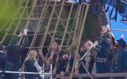 Peter Pan e Wendy, nuove foto: Jude Law a bordo della Jolly Roger