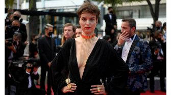 """French actress Clara De Pin arrives for the screening of the film """"France"""" at the 74th edition of the Cannes Film Festival in Cannes, southern France, on July 15, 2021. (Photo by CHRISTOPHE SIMON / AFP) (Photo by CHRISTOPHE SIMON/AFP via Getty Images)"""