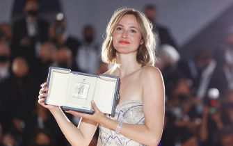 epa09351056 Renate Reinsve poses during a Award Winners Photocall with the award for 'Best Actress' for 'Verdens Verste Menneske' at the 74th annual Cannes Film Festival in Cannes, France, 17 July 2021.  EPA/IAN LANGSDON
