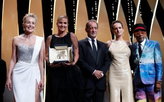 epa09351009 Sharon Stone (L-R), Julia Ducournau, Vincent Lindon, Agathe Rousselle and Spike Lee pose after Julia Ducournau won the Palme d or for 'Titane' during the Closing Awards Ceremony of the 74th annual Cannes Film Festival, in Cannes, France, 17 July 2021. The Golden Palm winning movie will be screened after the closing ceremony.  EPA/SEBASTIEN NOGIER