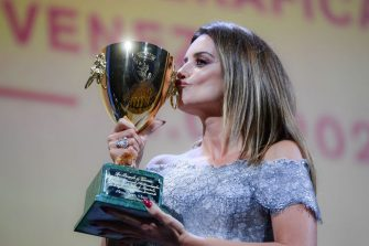 """Spanish actress Penelope Cruz kisses her trophy after receiving the Coppa Volpi for Best Actress in """"Madres Paralelas"""" (Parallel Mothers) during the closing ceremony of the 78th Venice Film Festival on September 11, 2021 at Venice Lido. (Photo by Filippo MONTEFORTE / AFP) (Photo by FILIPPO MONTEFORTE/AFP via Getty Images)"""
