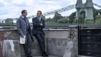 B25_17840_RCRalph Fiennes stars as M and Daniel Craig as James Bond in NO TIME TO DIE, an EON Productions and Metro-Goldwyn-Mayer Studios filmCredit: Nicola Dove© 2021 DANJAQ, LLC AND MGM.  ALL RIGHTS RESERVED.
