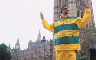 """©Universal Pictures International 2001/SUPPLIED BY ALPHA 070000 ALI G (SACHA BARON COHEN) outside the Houses of Parliament, London -""""Ali G Inda House"""" Film"""
