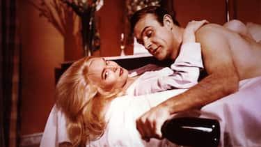 Goldfinger, (GOLDFINGER) GB 1964, Regie: Guy Hamilton, SEAN CONNERY, HONOR BLACKMAN, Stichwort: James Bond, Sekt, Champagner, Paar, Umarmung, Bett