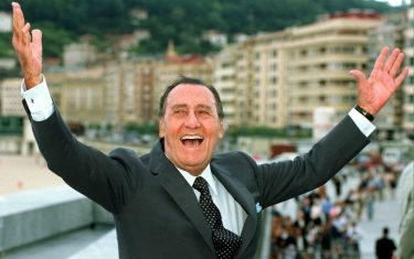 "SS10 - 19990920 - SAN SEBASTIAN., SPAIN : Italian actor Alberto Sordi, also  known as ""Albertone"", who stared in some of Fellini's, De Sica's and Moricelli's most popular films, raises his arms during a photo call in the streets of San Sebastian, Monday 20 September 1999. Sordi travelled here to assists to the International Film Festival. 