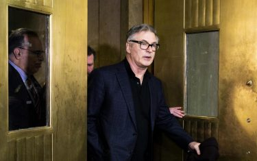 epaselect epa07312358 Actor Alec Baldwin (C) departs courtroom after a hearing at Manhattan Criminal Court on charges that he allegedly punched a man during a dispute on 02 November 2018 over a parking spot in New York, New York, USA, 23 January 2019. Baldwin plead guilty to a charge of 2nd degree harassment and will reportedly be required to take an anger management class.  EPA/JUSTIN LANE