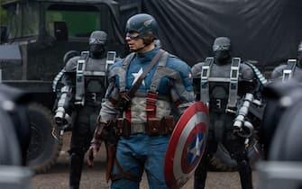 Chris Evans nel film nel film Captain America - Il primo Vendicatore