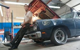 ryan gosling accanto all'auto che ha sistemato