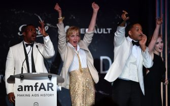 (FromL) US actor Chris Tucker, US actress Uma Thurman, US actor Will Smith and US actress Jessica Chastain conduct an auction during the amfAR's 24th Cinema Against AIDS Gala on May 25, 2017 at the Hotel du Cap-Eden-Roc in Cap d'Antibes, France. / AFP PHOTO / ALBERTO PIZZOLI        (Photo credit should read ALBERTO PIZZOLI/AFP via Getty Images)