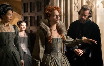 4113_D012_00498_RC Gemma Chan stars as Bess of Hardwick, Grace Molony as Dorothy Stafford, Margot Robbie as Queen Elizabeth and Guy Pearce as William Cecil in MARY QUEEN OF SCOTS, a Focus Features release. Credit:  Liam Daniel / Focus Features