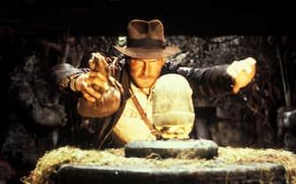 """Harrison Ford in una celebre scena de """"I predatori dell'arca perduta"""" in cui interpreta Indiana Jones"""