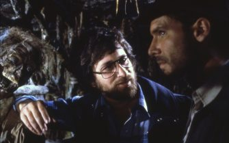 On the set, the director Steven Spielberg with Harrison Ford.