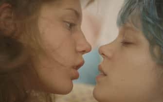 Adèle Exarchopoulos e Léa Seydoux durante una scena del film La vita di Adele del 2013
