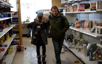 """(L-r) ANNA JACOBY-HERON as Jory Emhoff and MATT DAMON as Mitch Emhoff in the thriller """"CONTAGION,"""" a Warner Bros. Picture release."""