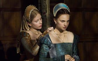 Scarlett Johansson (Mary Boleyn) and Natalie Portman (Anne Boleyn) on the set of The Other Boleyn Girl