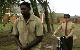 Una scena del film Il colore della libertà - Goodbye Bafana con Dennis Haysbert e Joseph Fiennes