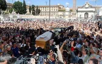 © Giulio Napolitano  / LaPresse07-06-2004 Roma InterniChiesa degli artisti in Piazza del Popolo - S. Maria in Monte Santo - Funerali di Nino ManfrediNella foto la folla all'esterno della chiesa