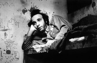 The Italian comedian and actor Roberto Benigni in a scene from the film Daunbail=, directed by di Jim Jarmusch. Eighties (Photo by Mondadori via Getty Images)