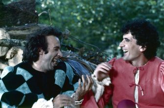 Italian actors and directors Massimo Troisi and Roberto Benigni having fun on the set of the film Non ci resta che piangere. 1984  (Photo by Mondadori via Getty Images)