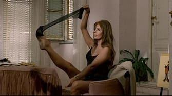. English: Yesterday, Today and Tomorrow (1963) Italiano: fotogramma dal film 'Ieri, oggi, domani' del 1963 . Unknown 84 Sophia loren strip