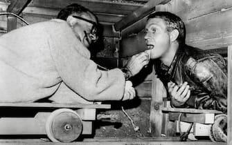 """Steve McQueen gets his make-up applied during the making of """"The Great Escape"""" 1963 United Artists (Hollywood - 1963-01-01, Avalon Photoshot) p.s. la foto e' utilizzabile nel rispetto del contesto in cui e' stata scattata, e senza intento diffamatorio del decoro delle persone rappresentate"""