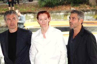 """(KIKA) - VENEZIA, 31 AGO - George Clooney e' arrivato al Lido di Venezia per presentare il film 'Michael Clayton'. Clooney veste i panni di un avvocato di New York, abile manipolatore della verita', che si trova a difendere con una class action una societa' chimica accusata di aver messo in commercio prodotti con sostanze pericolose per la salute. """"Questo personaggio mi ha attratto - ha detto Clooney ai giornalisti- perche' mi piacciono i personaggi con dei difetti"""". """"Tuttavia - ha aggiunto - si arriva a un punto della carriera in cui si leggono le sceneggiature perche' si desidera che un certo film venga fatto, a prescindere dal personaggio in se'"""".   Canale©Kikapress.com"""
