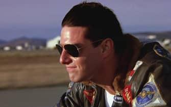 L'attore americano Tom Cruise guida una motocicletta durante le riprese di Top Gun