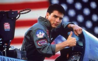 Tom Cruise esce dall'abitacolo di un aereo militare durante le riprese del film Top Gun