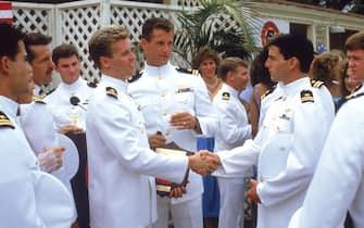 Tom Cruise e il cast di Top Gun indossano divise della marina militare americana in una scena del film