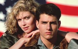 Kelly McGillis si appoggia a Tom Cruise durante lo shooting del film Top Gun del 1986