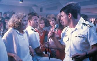 Tom Cruise canta durante una scena di Top Gun