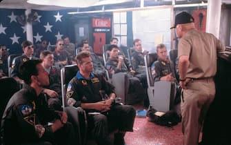 Diversi attori del cast di Top Gun durante le riprese di una scena del film