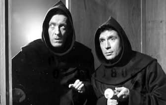 """1959 - RAIMONDO VIANELLO E UGO TOGNAZZI NEL FILM """"NOI DUE EVASI"""", ATTORI, COMICI, FRATI, ANNI 50, CINEMA, ITALIA, B/N, 03-00017028"""