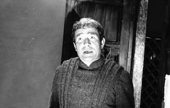 """UGO TOGNAZZI INTERPRETA UGUCCIONE NEL FILM """" LE PIACEVOLI NOTTI """" ( 1966 ) ISPIRATO ALLE NOVELLE DI FRANCESCO STRAPAROLA, CANDELA, CINEMA, ANNI 60, ITALIA, B/N, 03-00023313"""