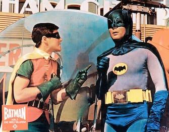 """Ascot (Inghilterra) - Replica perfetta della Batmobile del 1966 in vendita a 120.000 sterline sul sito firebox.com. L'auto è una copia identica dell'auto usata da Batman e Robin nella serie televisiva degli anni Sessanta. Nella foto, Adam West e Burt Ward in una scena del telefilm """"Batman"""". (/ IPA/Fotogramma,  - 2010-11-16) p.s. la foto e' utilizzabile nel rispetto del contesto in cui e' stata scattata, e senza intento diffamatorio del decoro delle persone rappresentate"""