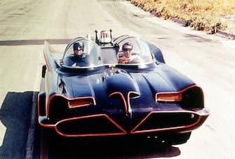 """Ascot (Inghilterra) - Replica perfetta della Batmobile del 1966 in vendita a 120.000 sterline sul sito firebox.com. L'auto è una copia identica dell'auto usata da Batman e Robin nella serie televisiva degli anni Sessanta. Nella foto, una scena del telefilm """"Batman"""". (/ IPA/Fotogramma,  - 2010-11-16) p.s. la foto e' utilizzabile nel rispetto del contesto in cui e' stata scattata, e senza intento diffamatorio del decoro delle persone rappresentate"""