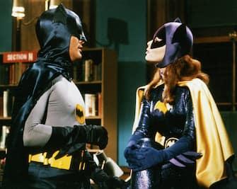 """Adam West as Batman, Yvonne Craig as Batgirl, """"Batman"""" (1967) ABC (Avalon Photoshot/Fotogramma, Hollywood - 1967-01-01) p.s. la foto e' utilizzabile nel rispetto del contesto in cui e' stata scattata, e senza intento diffamatorio del decoro delle persone rappresentate"""