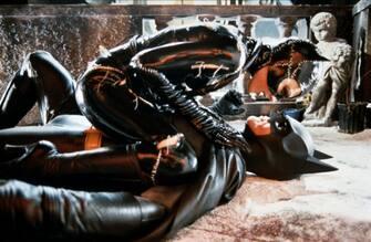 RETROSPETTIVA TIM BURTON -  FILM - FOTO DI SCENA - BATMAN - Michelle Pfeiffer & Michael Keaton (/ IPA/Fotogramma,  - 2010-01-26) p.s. la foto e' utilizzabile nel rispetto del contesto in cui e' stata scattata, e senza intento diffamatorio del decoro delle persone rappresentate