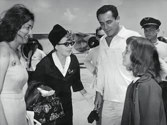 LA MORTE DI VITTORIO GASSMAN / 1963 - E' DECEDUTO NELLA SUA CASA DI ROMA VITTORIO GASSMAN A CAUSA DI UNA CRISI CARDIACA - L' ATTORE AVEVA 77 ANNI - NELLA FOTO VITTORIO GASSMAN CON (DA SX) LA FIGLIA PAOLA, L' EX MOGLIE SHELLEY WINTERS E LA FIGLIA VITTORIA, 01-00017256000028, 03-00013634