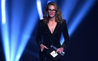 LONDON, ENGLAND - DECEMBER 02: Julia Roberts presents the Outstanding Achievement award on stage during The Fashion Awards 2019 held at Royal Albert Hall on December 02, 2019 in London, England. (Photo by Jeff Spicer/BFC/Getty Images)